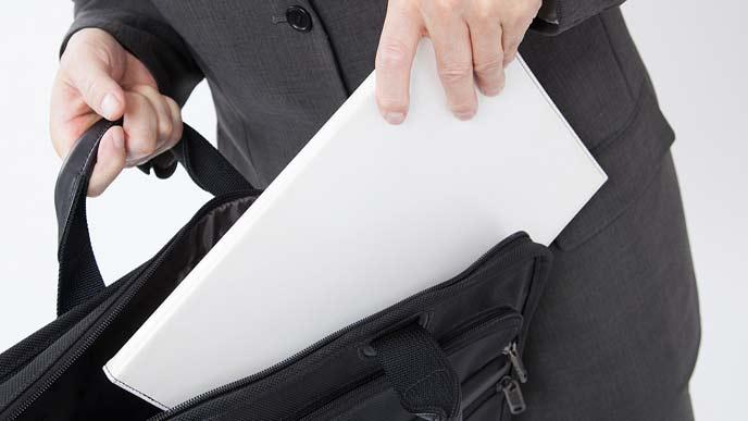 鞄から書類を取り出すビジネスマン