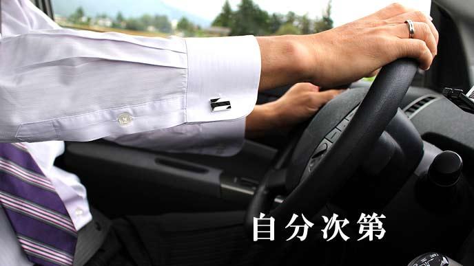 運転中の営業マン