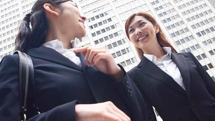 ビジネス街を笑顔で歩く女性達