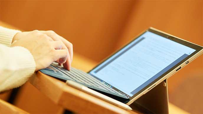 パソコンでレポートを作成してる女性