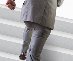 階段を上げる男性社員