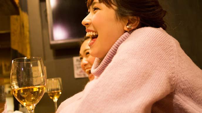ワインを飲んで笑顔の女性