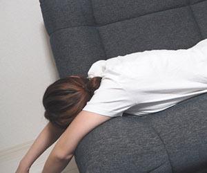 ソファーに寝転ぶ女性