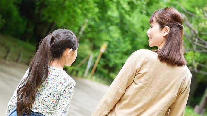 子供と一緒に歩いてる母親