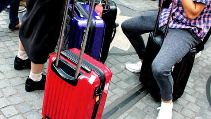 空港で待機する旅行者