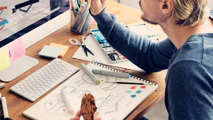 パソコンでデザインを創作する人