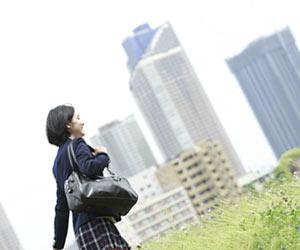 通学する女子高生
