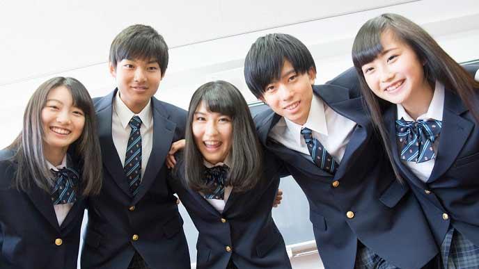 級友と肩を組む高校生