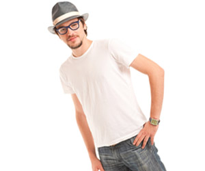 Tシャツにジーンズの男性