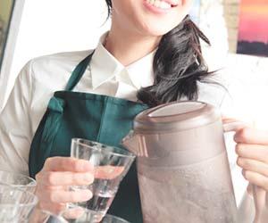 サービス業で給仕する女性