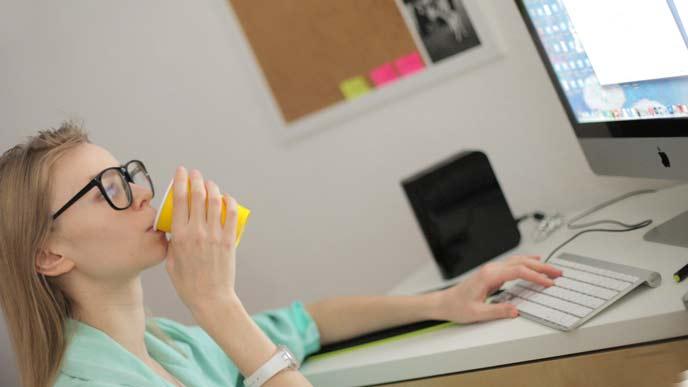 パソコンと使い仕事をしている女性