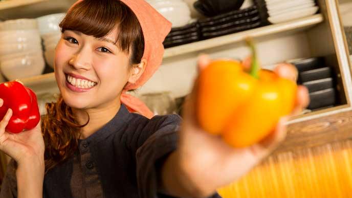 飲食店のバイトで笑顔の女性