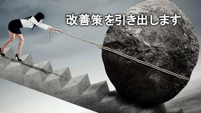 階段の上で巨大な岩を引き上げる女性