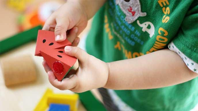 保育園でおもちゃで遊んでる男の子