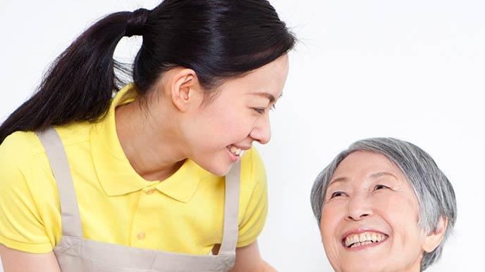 笑顔で客に接しておもてなしする女性