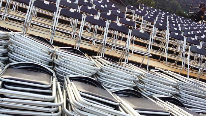 コンサート会場に並べられるパイプ椅子