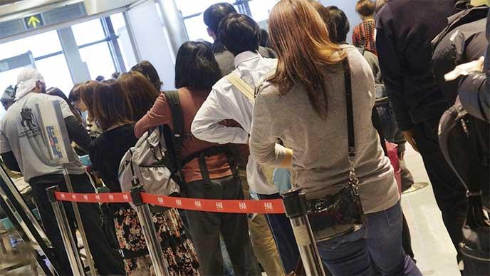コンサート会場の入場入り口の行列