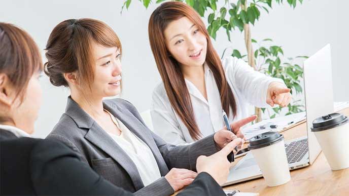 オフィスでミーティングをしてる女性たち
