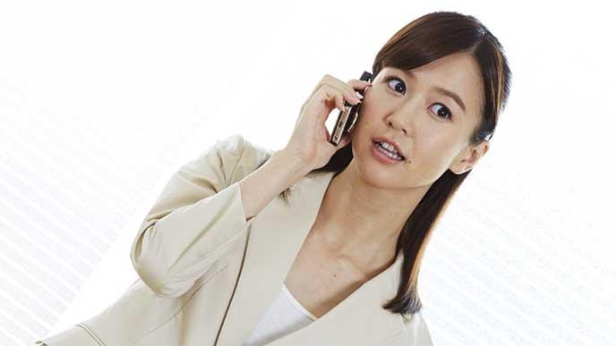 電話で早退することを伝えてるOK