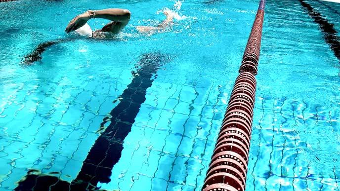 プール泳いでいる男性