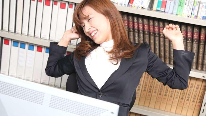背伸びをする女性社員