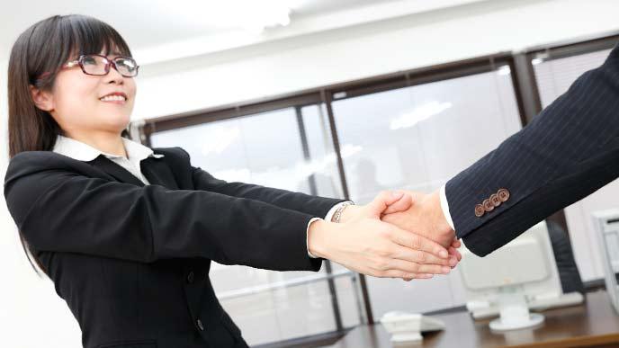 握手をする女性社員