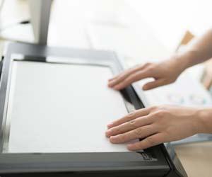 書類をスキャンする女性