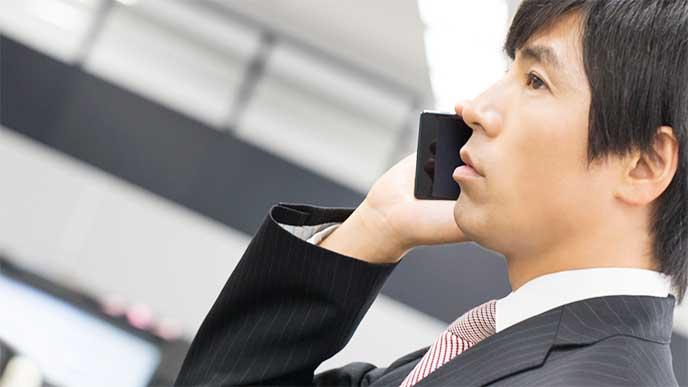 電話で不採用になった理由を教えてもらい落ち込んでいる男性