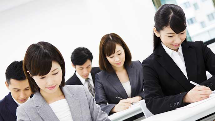 就活で筆記試験を受けてる就活生たち