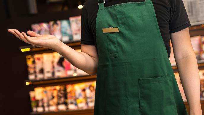 漫画喫茶の店内で案内するアルバイト