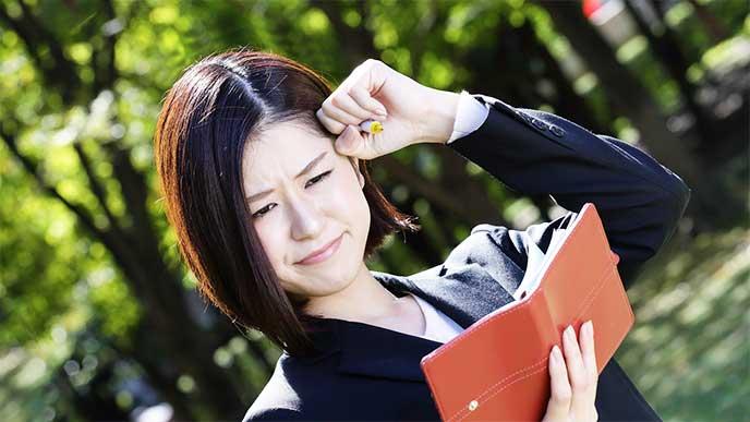 面接で失敗したことを思い出しながらノートにまとめてる女性