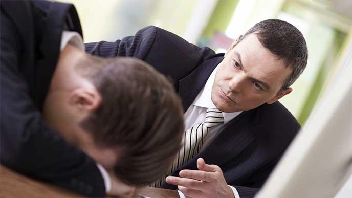仕事を教えるのに疲れて突っ伏してる男性社員