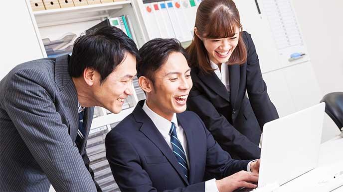 笑顔を仕事の相談してる会社員たち