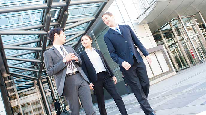 仕事で外国人と話すビジネスマン