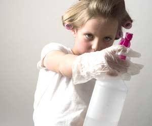 掃除用スプレーを持つ女の子
