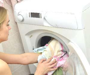 洗濯物を洗濯機にいれる女性