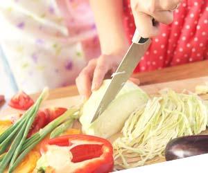 お弁当用の料理の仕込をする女性