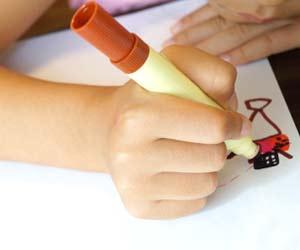 保育園で絵を描く子供