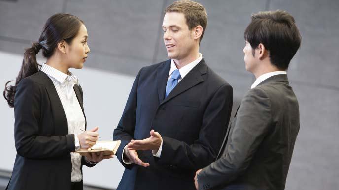 男性ビジネスマンと話をするキャリア女性