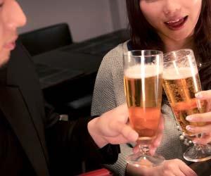 お酒で乾杯をする男性と女性