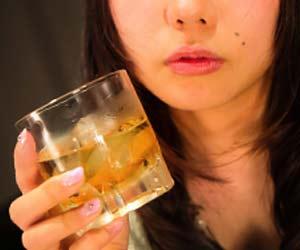お酒を飲んでいる女性