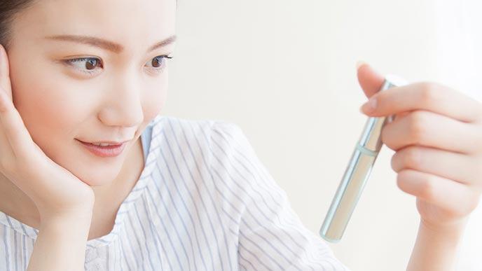 化粧品を手に取る女性