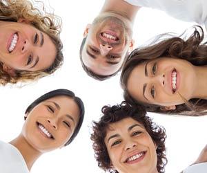 円陣を組んで集まる笑顔の人々