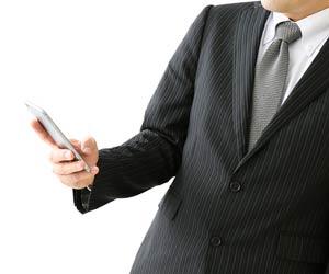 スマホでニュースチェックするビジネスマン