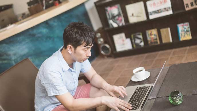 勉強をしている就活中の男性