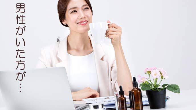 職場で一休みする女性社員