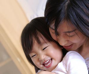 子供を抱っこする母親