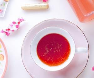 デスクの上の紅茶とお菓子