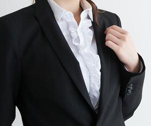 黒色のスーツを着た女性