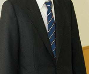 紺色ネクタイと黒のスーツ